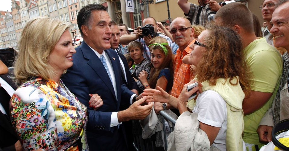 30.jul.2012 - O candidato Republicano à presidência dos Estados Unidos, Mitt Romney, e sua mulher Ann cumprimentam a população de Gdansk, na Polônia, antes do encontro de Romney com o primeiro-ministro Donald Tusk