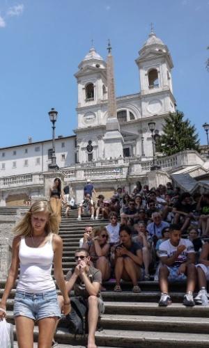30.jul.2012 - Turistas ocupam escadas  em Piazza di Spagna, no centro de Roma (Itália), nesta segunda-feira. As temperaturas na cidade italiana chegam a 40°C
