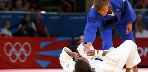 Judoca de 20 anos é consolada pela adversária após eliminação dos Jogos