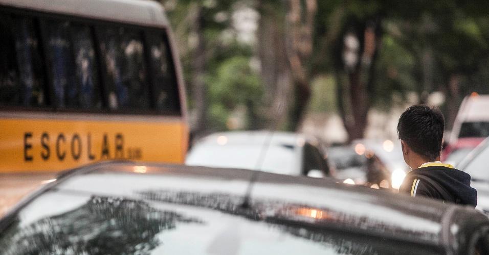 """A volta às aulas começou nesta segunda-feira (30) em colégios particulares de São Paulo. Na foto, movimentação de estudantes na avenida Higienópolis, na capital paulista. Os alunos da rede estadual de ensino iniciam o segundo semestre na próxima quarta-feira (1º), quando também tem início a operação """"Volta às aulas"""" da CET (Companhia de Engenharia de Tráfego). Já na rede municipal, as aulas do segundo semestre começaram no dia 23 de julho"""