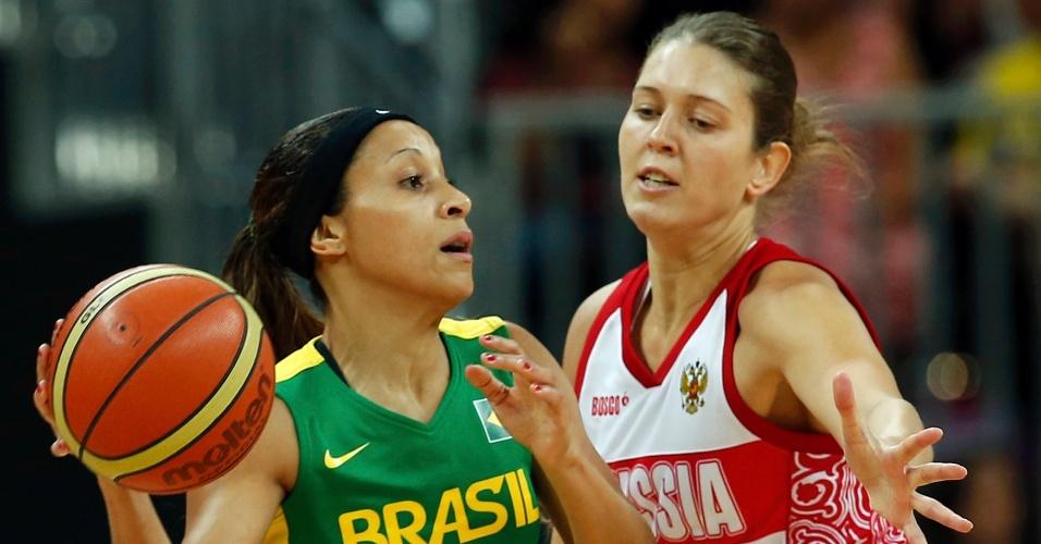 Adrianinha tenta passar pela marcação de atleta da Rússia em segunda rodada do basquete feminino