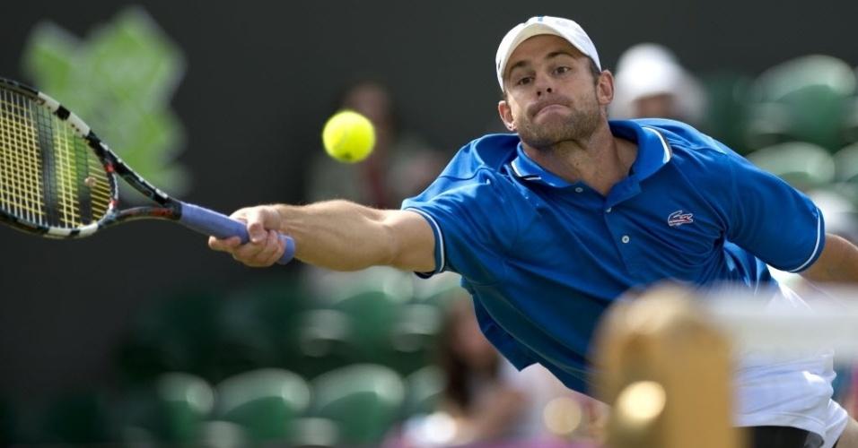 Andy Roddick devolve para Martin Klizan durante vitória na primeira rodada do tênis olímpico (30/07/2012)