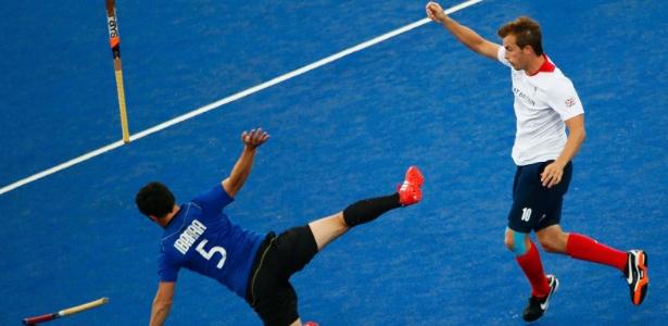 Argentino Pedro Ibarra cai após choque com o britânico Matthew Daly em partida de hóquei nesta segunda