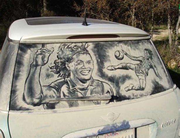 O talento do jogador brasileiro Ronaldo Gaúcho ganhou vida nas janelas sujas de um carro com a pintura do artista Scott Wade