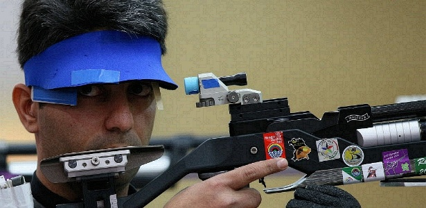 Atirador indiano Abihinav Bindra compete nas classificatórias da prova de tiro a 10 metros