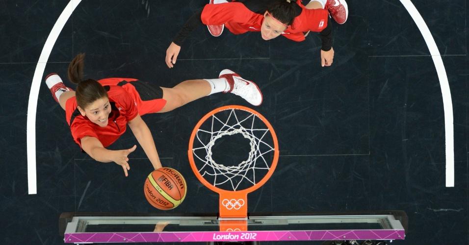 Atleta da seleção feminina de basquete do Canadá, Natalie Achonwa, pula para fazer cesta