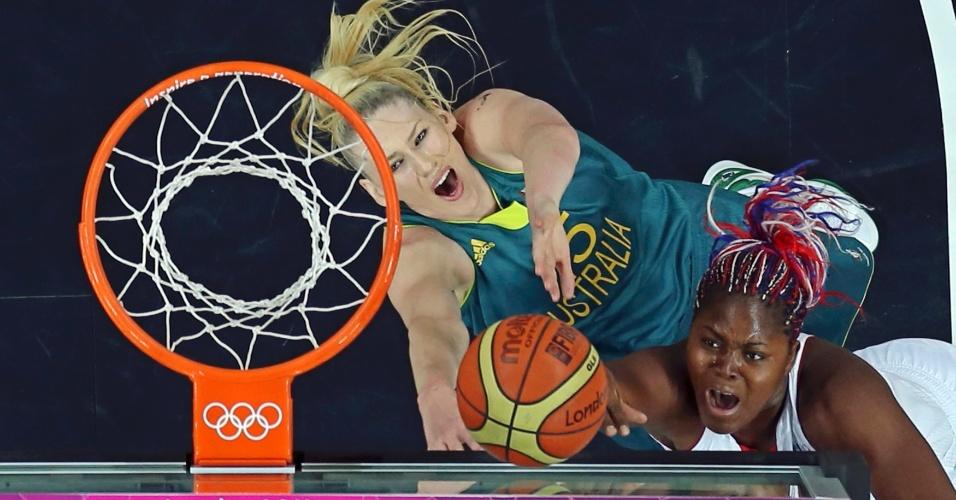 Australiana Lauren Jackson (e) briga pela bola no garrafão com a francesa Isabelle Yacoubou em jogo de basquete feminino olímpico (30/07/2012)