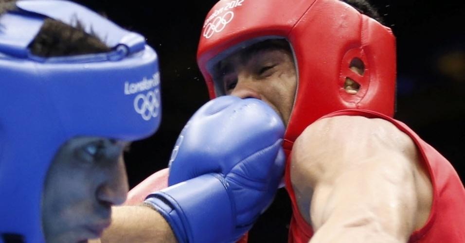 Australiano Jackson Darren Woods (e) acerta o rosto do rival Samir Brahimi em disputa do torneio olímpico de boxe