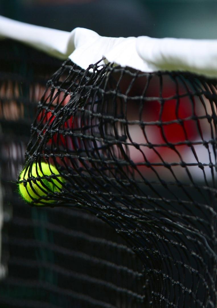 Bola para na rede em partida da primeira rodada do torneio de tênis dos Jogos de Londres