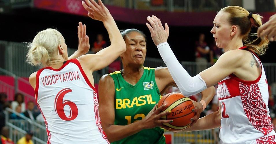 Brasileira Damiris encara marcação em partida contra a Rússia na Olimpíada-2012