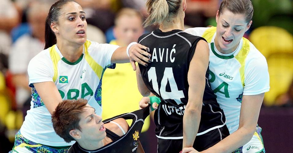 Brasileira Eduarda (d) tenta roubar a bola da montenegrina em lance de jogo de handebol feminino em Londres (30/07/2012)