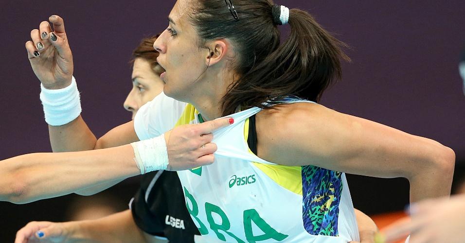 Brasileira Fabiana Diniz sofre forte marcação de jogadoras montenegrinas em lance de partida de handebol feminino em Londres (30/07/2012)