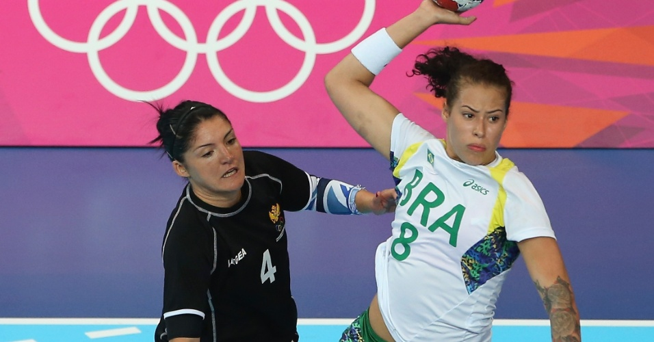 Brasileira Fê escapa da marcação de jogadora montenegrina e faz um chute em jogo de handebol feminino em Londres (30/07/2012)