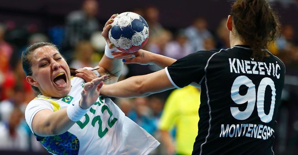 Brasileira Mayara é empurrada por montegrina Knezevic em lance de jogo de handebol desta segunda-feira em Londres (30/07/2012)