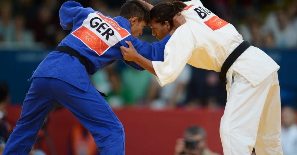Brasileira Rafaela Silva (de branco) dominou a luta contra a alemã Miryam Roper