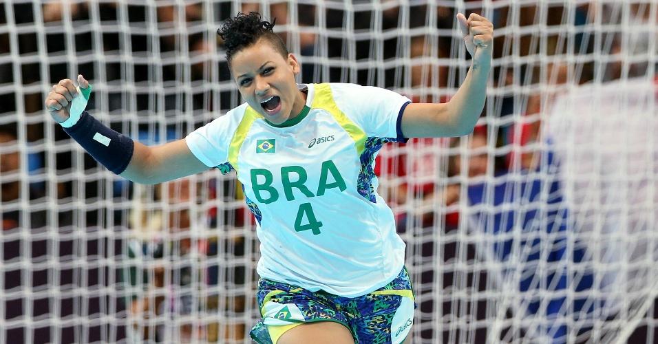 Brasileira Samira comemora ao marcar um gol contra Montenegro no handebol feminino em Londres (30/07/2012)