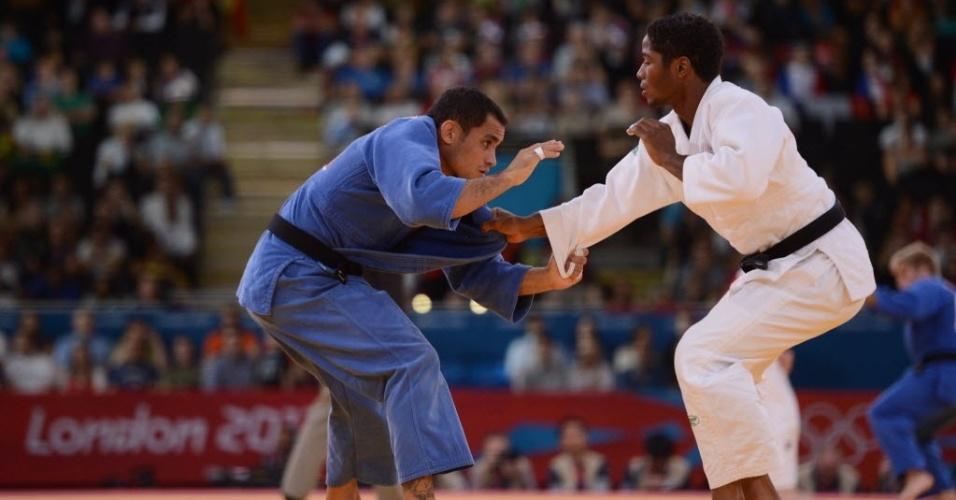Brasileiro Bruno Mendonça (de azul) tenta se defender do holandês Dex Elmont durante derrota na segunda luta