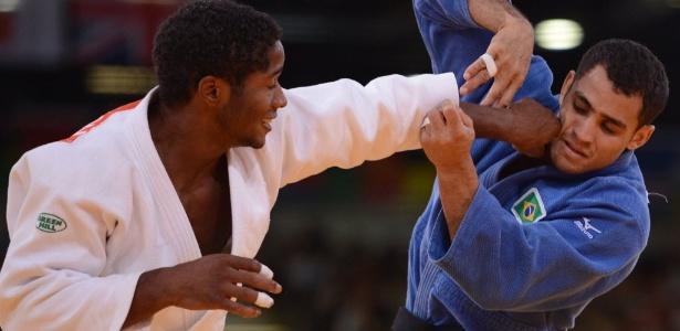 Brasileiro Bruno Mendonça (de azul) tenta se defender durante derrota para holandês Dex Elmont