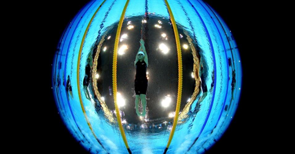 Câmera subaquática capta australiana Stephanie Rice à esquerda, chinesa Shiwen Ye no centro e Hannah Miley, do Reino Unido, à direita