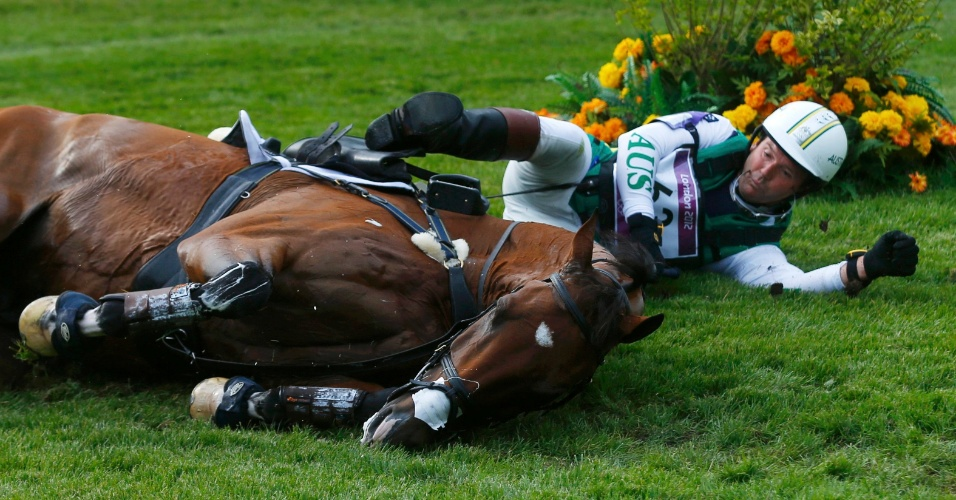 Cavalheiro australiano Clayton Fredericks cai ao lado do seu cavalo Bendigo durante a prova do cross-country nos Jogos Olímpicos de Londres
