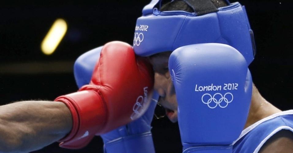 Colombiano Eduar Marriaga leva golpe no rosto durante combate da categoria até 65 kg