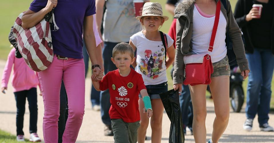 Crianças acompanhadas dos responsáveis chegam ao local das provas de hipismo em Londres (30/07/2012)