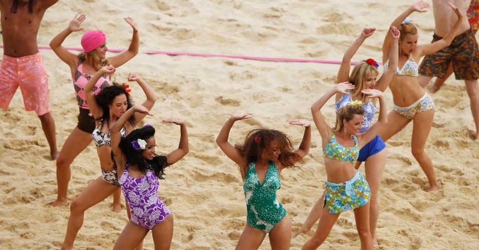 Dançarinas realizam performance durante intervalo entre jogo Venezuela e Holanda, pelo torneio de duplas masculinas do vôlei de praia
