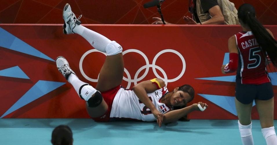 Dominicana Prisilla Altagracia Rivera Brens vai parar no chão ao tentar salvar bola em partida de vôlei