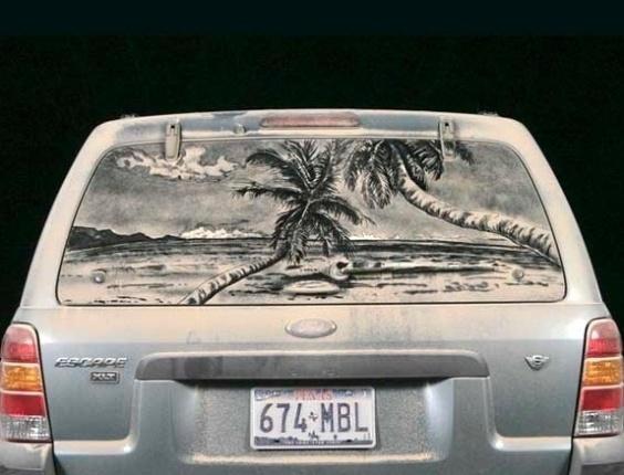 E até a praia para aqueles que não podem visitá-la com tanta frequência é retratada em meio a sujeira do vidro de carro