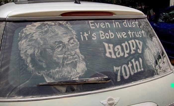 E por que não aproveitar a sujeira do carro para parabenizar alguém pelo seu aniversário?