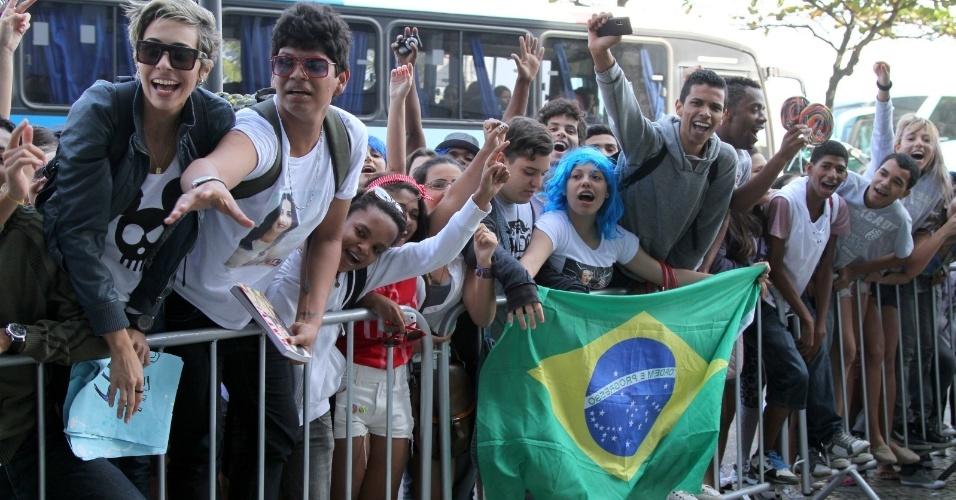Fãs esperam Katy Perry aparecer na janela do hotel em que está hospedada, no Rio de Janeiro (30/7/12)
