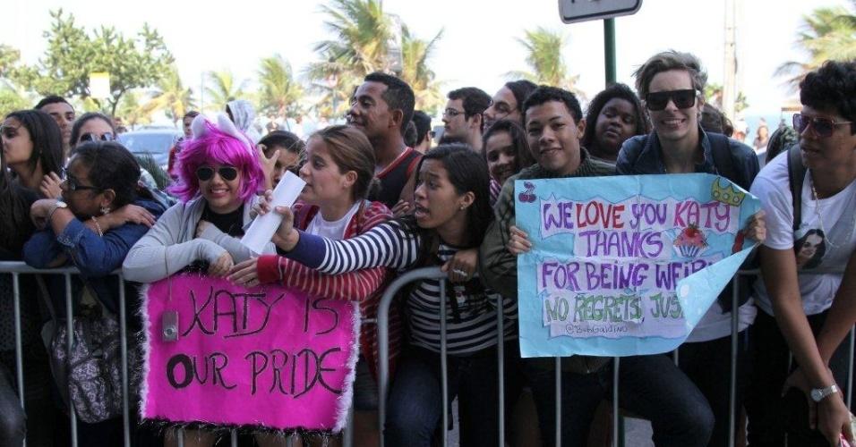 Fãs fazem vigília em frente ao hotel em que Katy Perry está hospedada no Rio de Janeiro (30/7/12)