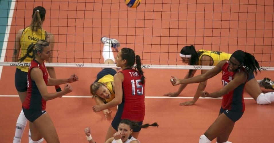 Fernandinha e Paula Pequeno ficam no chão após ponto dos Estados Unidos, durante partida em Londres