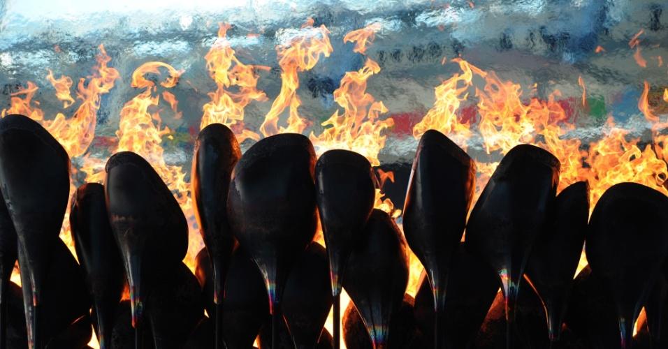 Fogo queima na tocha posicionada no estádio olímpico de Londres (30/07/12)