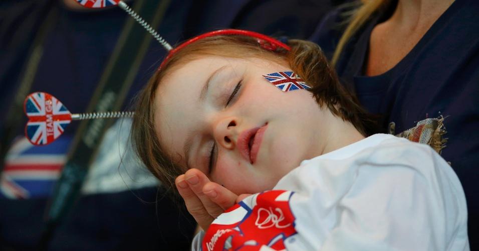 Garota toda uniformizada dorme durante o jogo entre Rússia e Reino Unido no handebol feminino dos Jogos de Londres )30/07/2012)