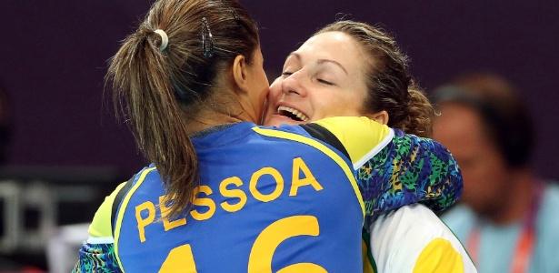 Goleira brasileira Mayssa (e) abraça Chana ao substituí-la na vitória sobre Montenegro