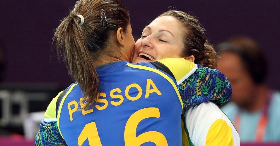 Goleira brasileira Mayssa (e) abraça a colega de função Chana ao substituí-la na partida contra Montenegro no handebol feminino (30/07/2012)