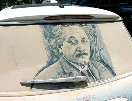 Grandes personalidades, como Albert Einstein, também ganham vida na sujeira com as habilidades do artista Scott Wade