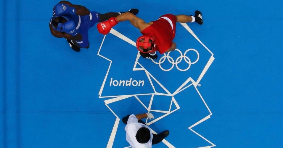 Ihab Almatbouli (d), da Jordânia, tenta aplicar um golpe sobre Lukmon Lawal, da Nigéria, em luta do boxe masculino na categoria até 81 kg (30/07/2012)