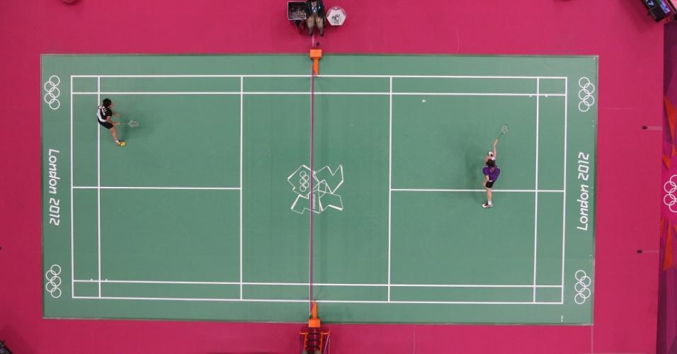 Imagem de cima mostra o jogo de badminton feminino entre Pui Yin Yip, de Hong Kong, e Ji Hyun Sung, da Coreia do Sul (30/07/2012)