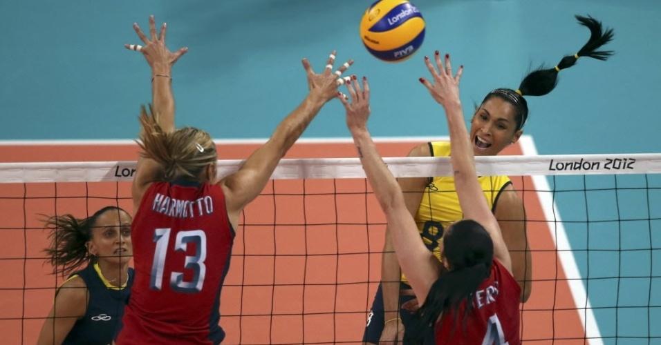 Jaqueline, ponteira da seleção brasileira, ataca contra bloqueio duplo dos Estados Unidos