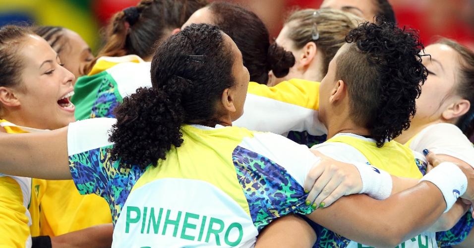 Jogadoras brasileiras comemoram a vitória por 27 a 25 sobre Montenegro no handebol feminino em Londres (30/07/2012)