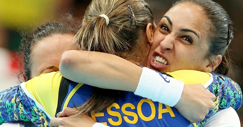 Jogadoras brasileiras comemoram a vitória sobre Montenegro no handebol feminino em Londres (30/07/2012)
