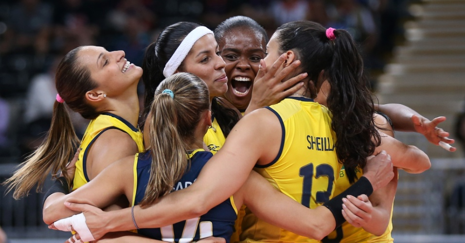 Jogadoras brasileiras se abraçam e comemoram ponto durante o terceiro set do jogo contra os Estados Unidos