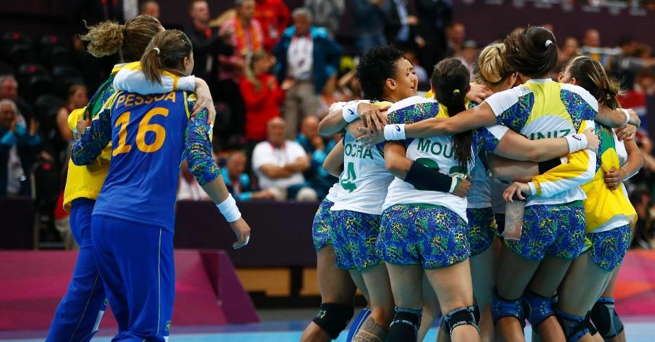 Jogadoras da seleção brasileira de handebol comemoram a vitória sobre Montenegro em Londres (30/07/2012)