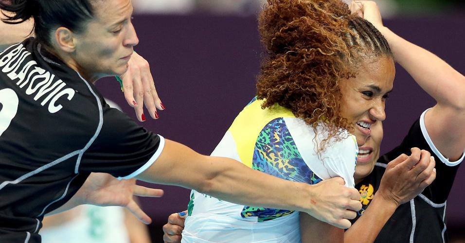 Jogadoras de Montenegro apertam a marcação sobre a brasileira Alexandra em partida de handebol (30/07/2012)