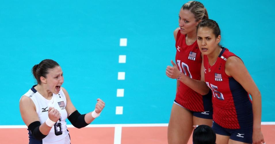 Jogadoras dos Estados Unidos comemoram ponto na partida contra a seleção brasileira