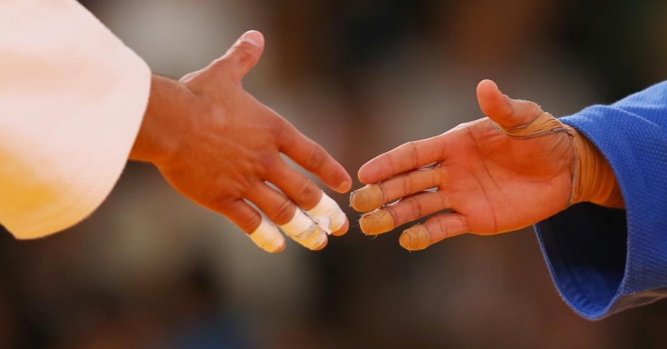 Judocas se cumprimentam após luta no terceiro dia oficial de disputas em Londres