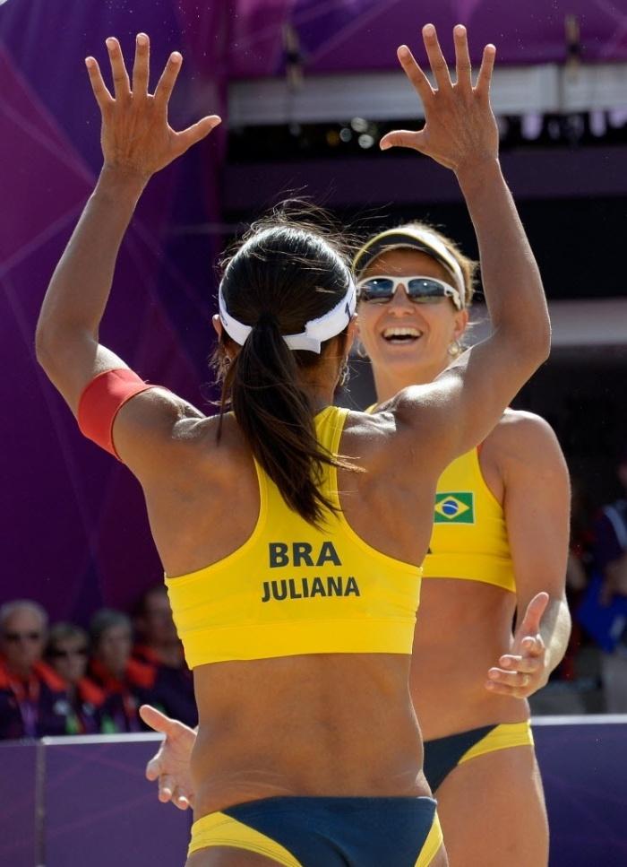 Juliana e Larissa comemoram a vitória sobre dupla alemã, no segundo jogo na Olimpíada