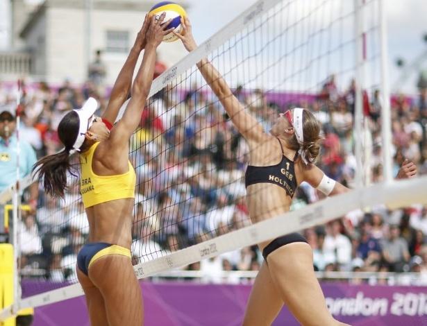 Juliana, parceira de Larissa, disputa bola na rede com Katrin Holtwick, da Alemanha, durante vitória da dupla brasileira